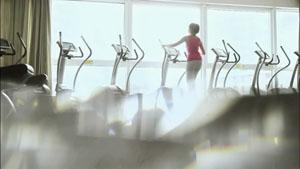 女子在室内健身场所健身 休闲运动系列高清实拍