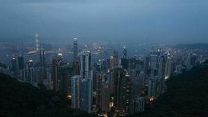 高清实拍山顶俯瞰江边城市楼群从白天到灯光亮起的夜景(快速镜头