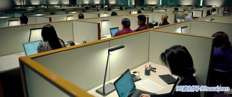 公司办公室职员下班办公操纵电脑打字任务的情形高清实拍视频素材