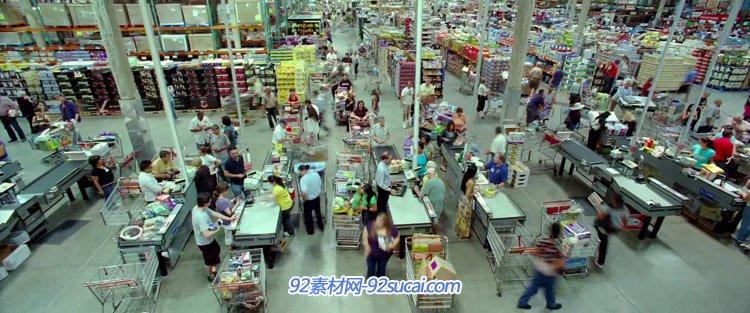 国外大型超市购物的人群 排队结账付款收银员扫码收款 高清实拍