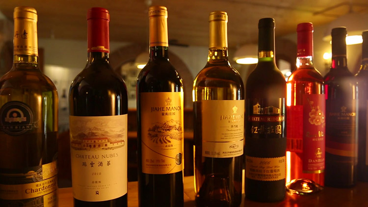 精美酒屋里摆放的各种各样的葡萄酒红酒 桌上酒和酒标高清实拍