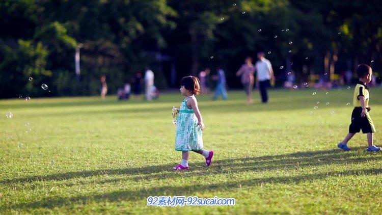 公园开阔的草地上野餐老人放鹞子大人童吹泡泡休闲生存高清实拍