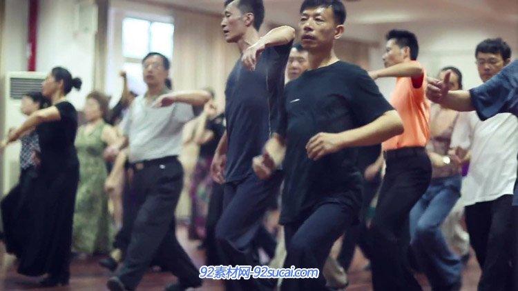 老年人在公园晨练 跳交谊舞广场舞练习文娱活动高清实拍视频素材