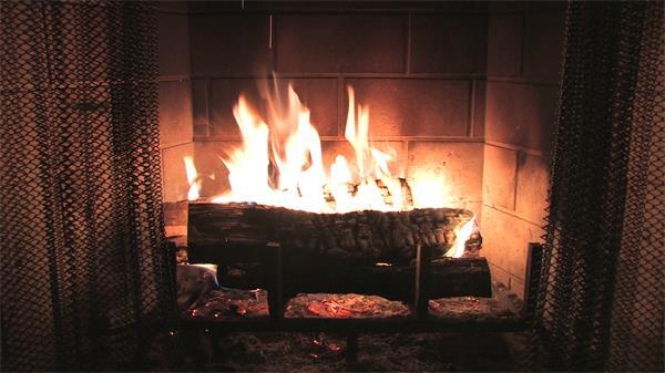 温馨西方家庭温暖壁炉烈火燃烧木柴高清实拍