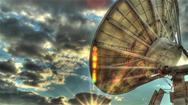 浓云滚滚太阳光线四射光晕 卫星接收天线HDR高清延时实拍