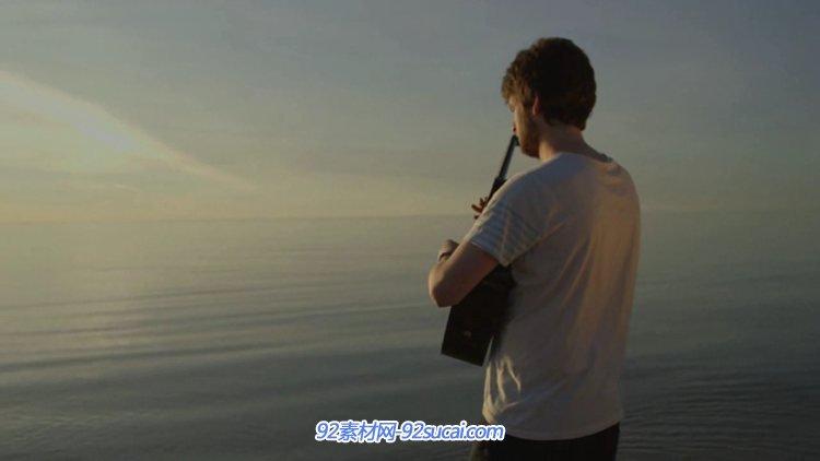 男子海边独自吉它弹奏醉人音乐实拍视频素材
