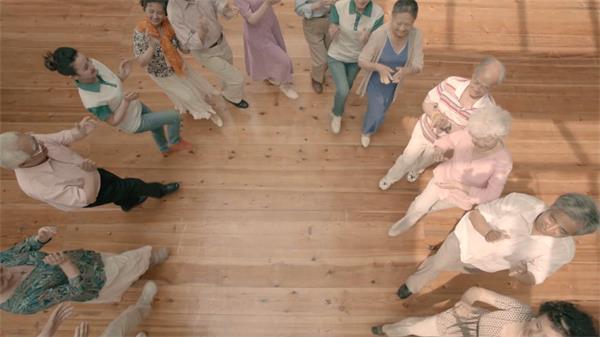 老年人志愿者欢聚一堂载歌载舞派?#21592;?#28436;高清实拍