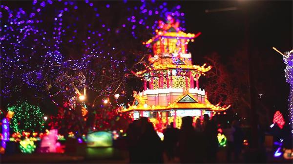 国外元宵彩灯节中国风楼阁夜景 民众游玩观赏高清实拍