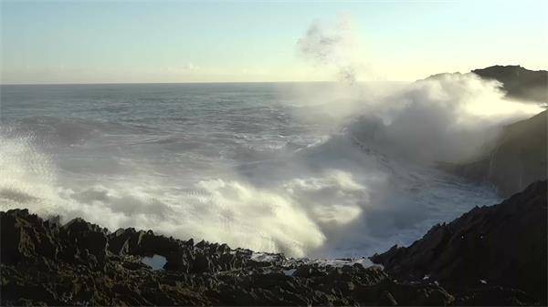 壮观海滩沙滩海浪持续拍打岩石浪花冲天高清实拍