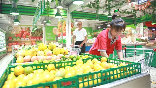 超级市场售卖员摆放物品高清实拍