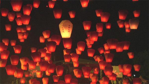 台湾天灯节活动千个孔明灯挂满天空高清视频实拍