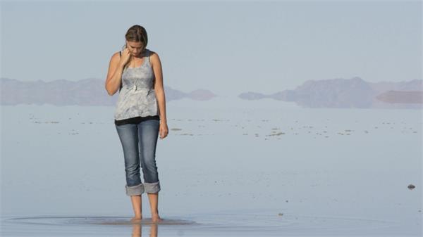 国外美女海岸边戏水休闲娱乐高清视频拍摄