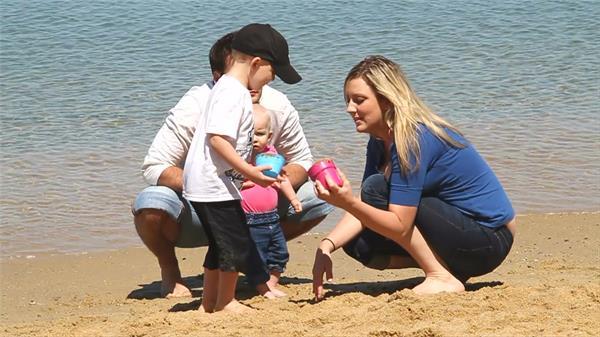 國外家庭海邊快樂玩耍休閑度假天倫之樂高清延時拍攝
