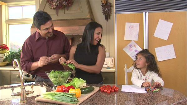 一家三口家庭乐趣父母做菜女儿画画温馨画面高清实拍