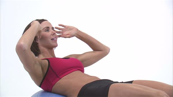 女士健身锻炼球上仰卧起坐休闲娱乐高清实拍