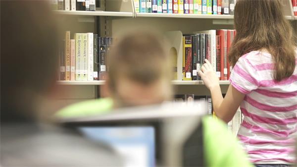 图书馆学生学习用电脑查资料变焦高清拍摄