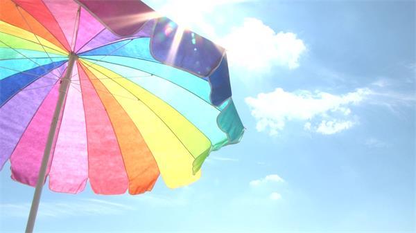 鲜艳沙滩伞蓝天灿烂阳光照射高清延时实拍