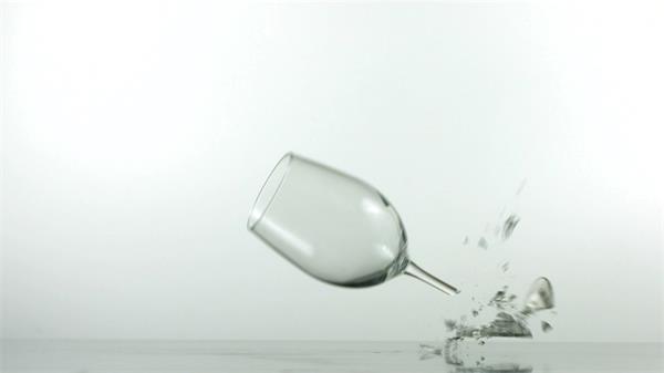 红酒杯慢动作落下破碎实拍慢镜高清视频素材