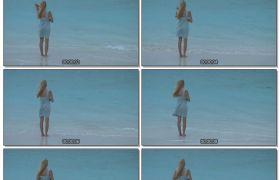 金发女孩海边沙滩吹风实拍高清视频素材