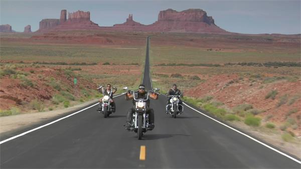 哈雷摩托车穿越沙漠公路实拍高清视频素材