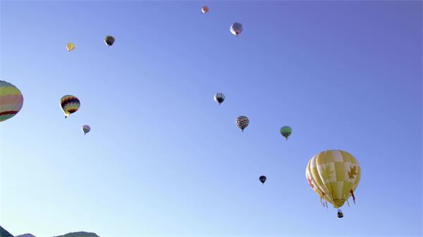 七彩斑斓热气球群升空飞行延时实拍高清视频素材