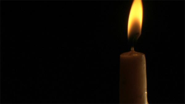 燃烧的蜡烛火苗飘动实拍高清视频素材