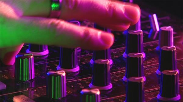 酒吧夜店DJ操作实拍高清视频素材