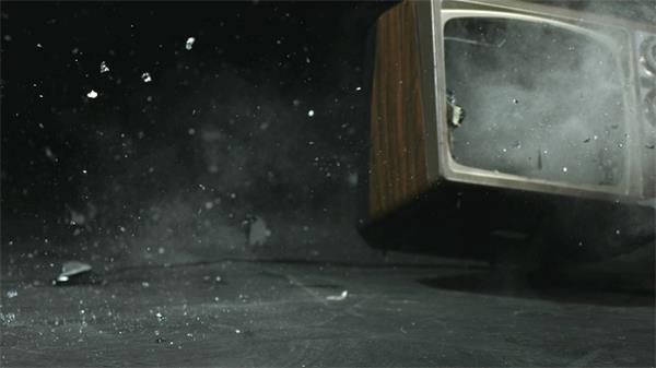 慢动作铁锤砸老旧电视实拍慢镜高清视频素材