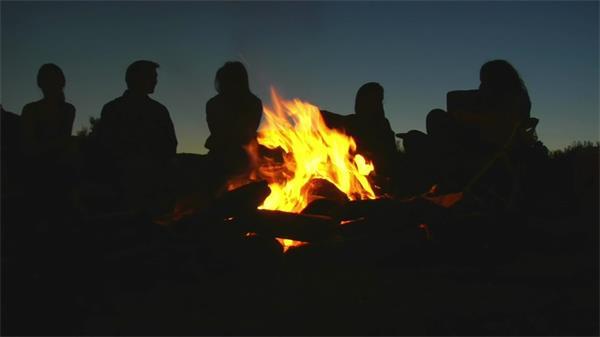 黑夜人圍篝火暢聊人生實拍高清視頻素材
