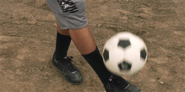足球喜好者慢举措颠球慢镜延时实拍高清视频素材