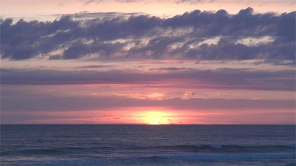海洋天空云层水平线红霞落日实拍高清视频素材