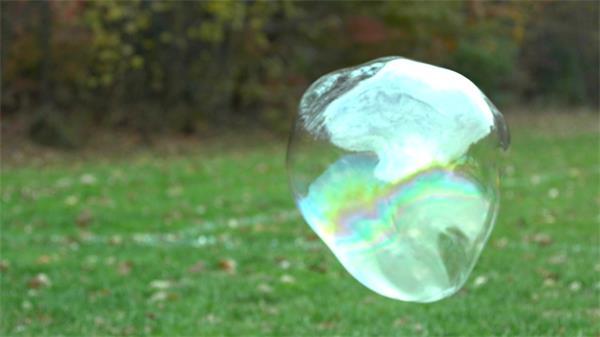 草坪泡泡慢镜空中漂浮形状变化万千实拍高清视频素材