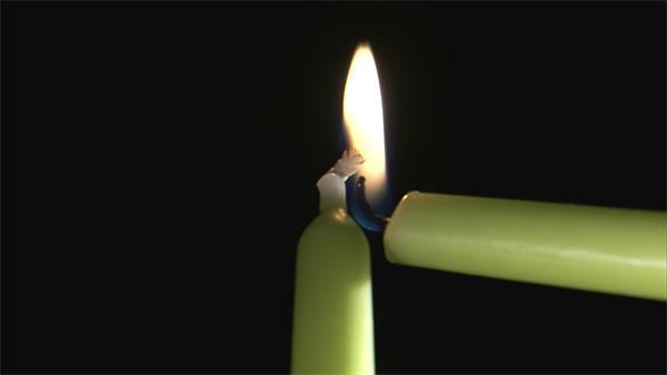 点燃墨绿蜡烛火苗燃烧吹熄实验实拍高清视频素材