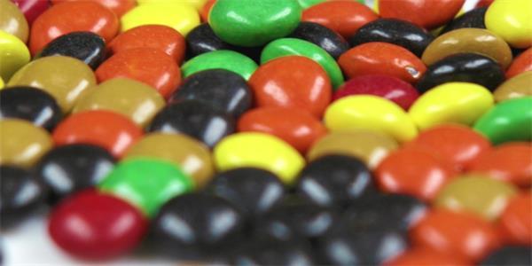 七彩糖果粒近距特写镜头实拍高清视频素材