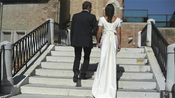 幸福新婚匹俦走过小桥实拍高清视频素材