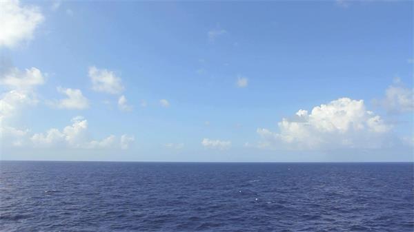 蔚蓝太平洋上空白云朵朵实拍高清视频素材