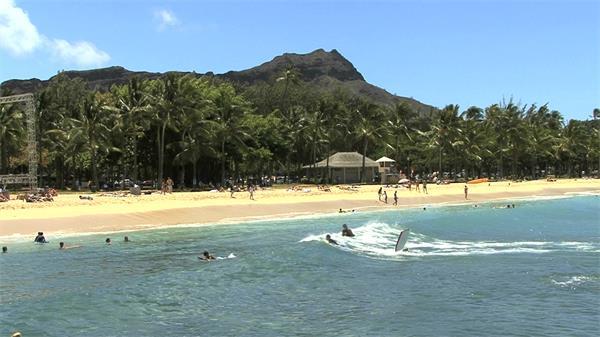 美丽岛屿阳光海滩冲浪游泳实拍高清视频素材