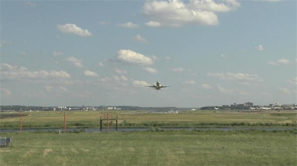 机场飞机起飞腾空飞翔实拍高清视频素材