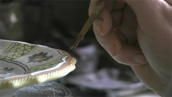 艺术青年手工绘制陶瓷实拍高清视频素材