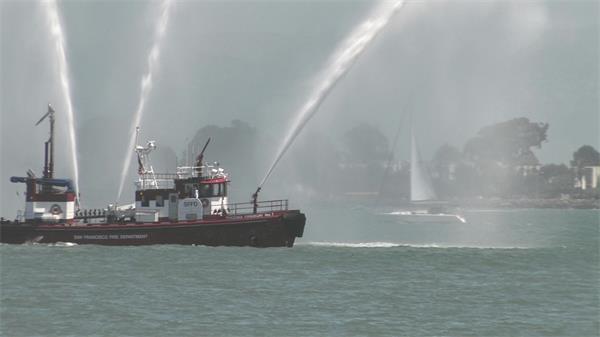 海上消防船喷水演示实拍高清视频素材