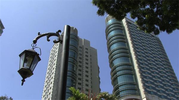仰視高樓大廈路燈搖擺實拍高清視頻素材