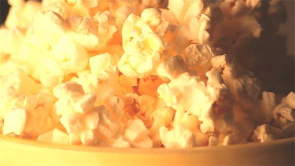 美味小食旋转金黄爆米花近距离特写高清视频实拍