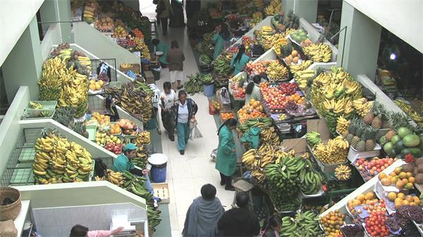 俯视视觉观看水果市场全景人流穿梭市场高清视频实拍