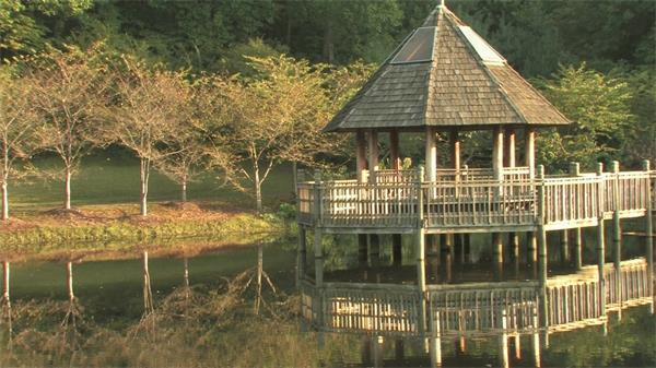 山水风光湖中镜面清水休闲小亭实拍高清视频素材