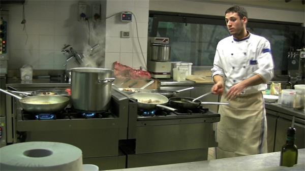 厨师厨房悉心烹饪美食实拍高清视频素材