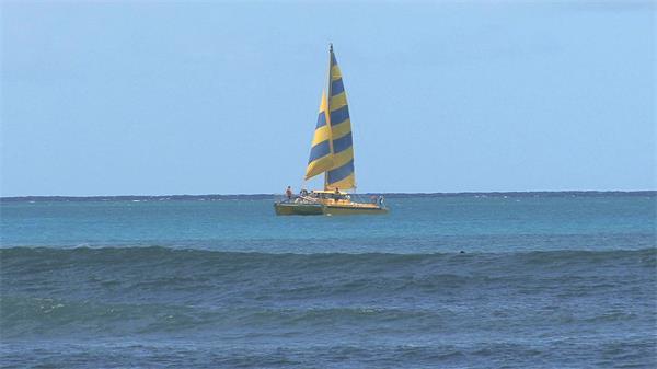 碧海蓝天帆船行驶冲浪者滑翔体育运动高清视频实拍