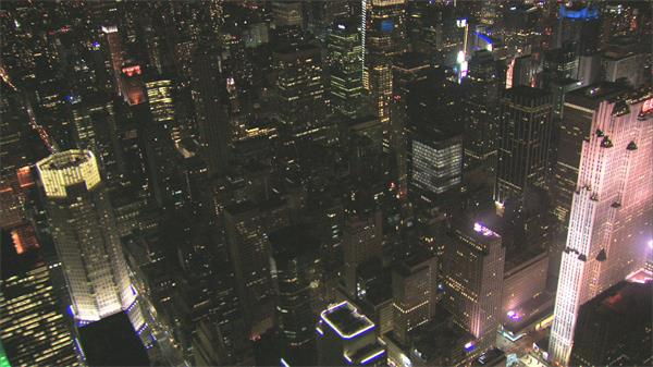 唯美夜空观看城市高楼灯光景色照亮整片地区高清视频航拍