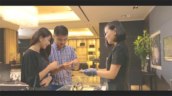商场专柜情侣挑选戒指珠宝美女购物衣服鞋高清实拍视频