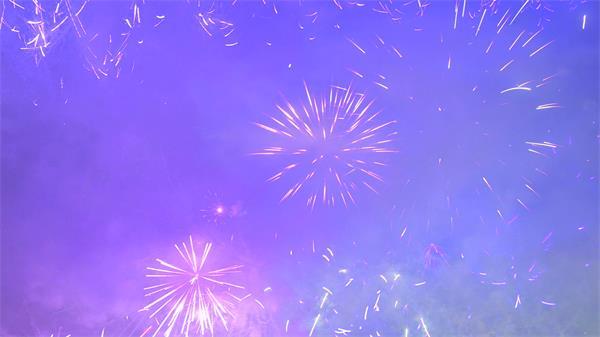 梦幻蓝紫烟火渲染照亮整片天空烟花绽放动态视频素材