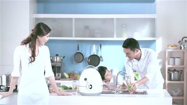 净水器广告宣传人们饮用安全放心环保生态水成分分析视频拍摄